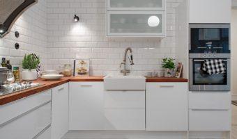 Trang trí nhà bếp phong cách với gạch thẻ ốp tường màu trắng