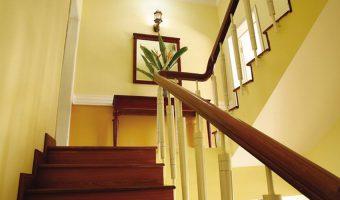 Nhựa tấm PVC ốp bậc cầu thang có đặc điểm gì đặc biệt?