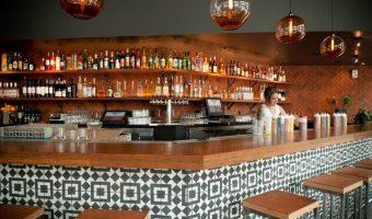 Sốt xình xịch xu hướng trang trí quầy bar bằng gạch bông hoa văn