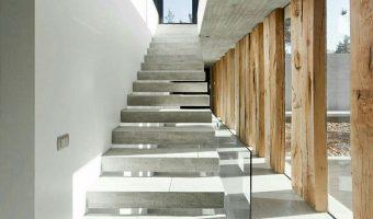 """Cầu thang đá tự nhiên – """"trục xương sống"""" kết nối toàn bộ ngôi nhà"""
