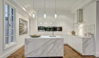 Nguyên tắc thi công và sử dụng tấm ốp giả đá cho phòng bếp