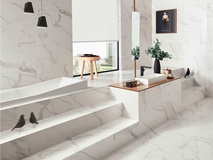Toàn bộ tường nhà và bậc cầu thang được ốp lát đá marble trắng Ý