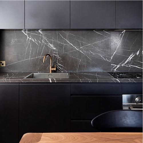 mặt bếp ốp đá marble đen tia chớp