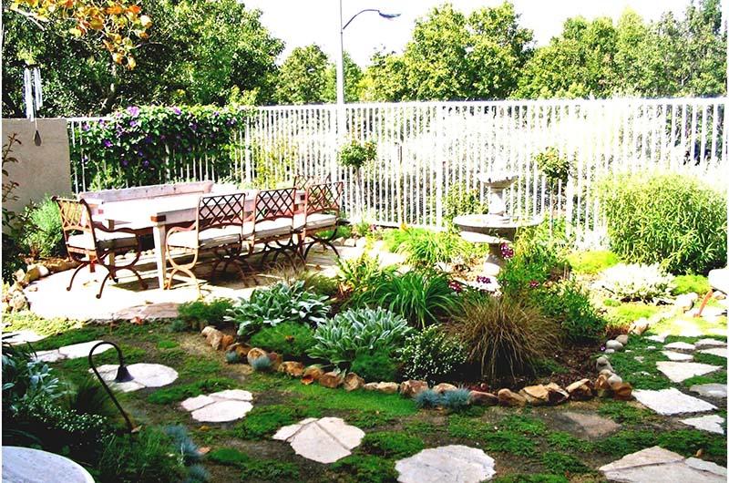 sắp xếp bàn ngồi ở góc vườn cũng giúp tiết kiệm diện tích cho khu vườn