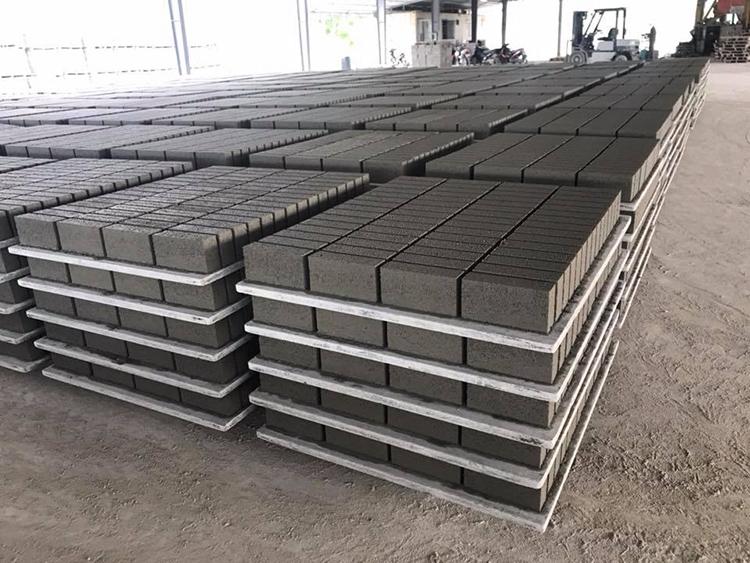 Công Nghệ sản xuất gạch xi măng dùng máy rung hiện đại với khuân ép được đúc sẵn dùng máy rung ép với lực ép lớn