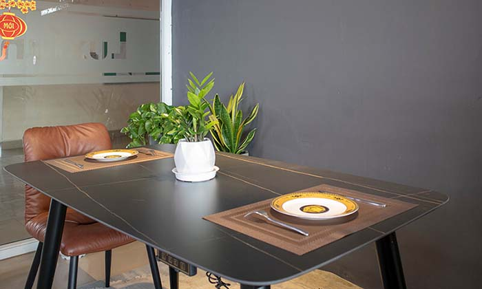 Mặt bàn tích hợp bếp từ tiện dụng giúp gia đình dùng các món nóng tiện lợi hơn