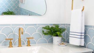 Biến phòng tắm nhàm chán trở nên lộng lẫy bằng gạch bảy cá thiên thanh